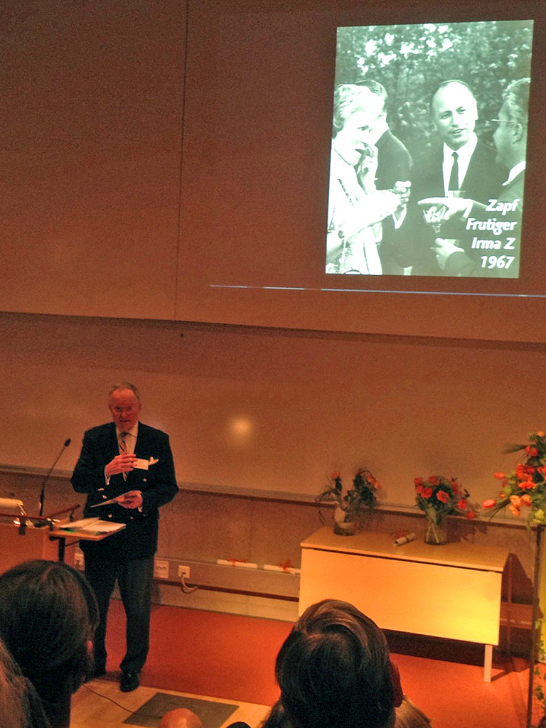 Herrmann Zapf och Adrian Frutiger i sällskap med Irma Zachrisson vid ett seminarium på Grafiska Institutet.
